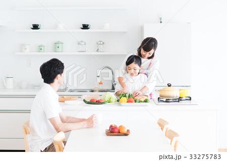 若い家族(キッチン) 33275783