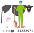 酪農家の男性と牛 33282971
