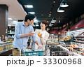 人物 スーパーマーケット 買い物の写真 33300968