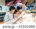 人物 スーパーマーケット 買い物の写真 33301066