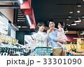 人物 スーパーマーケット 買い物の写真 33301090