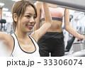 スポーツジムでウエイトトレーニングの説明を受ける若い女性 33306074