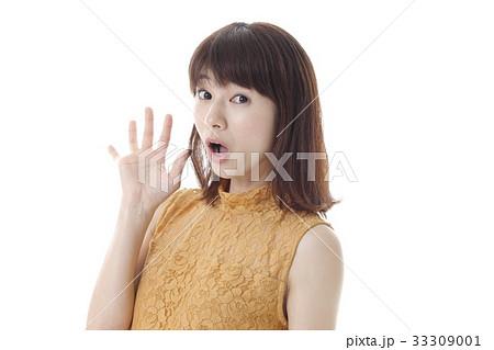 驚いた表情の女性 33309001