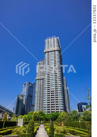高層マンションと庭園 33337602