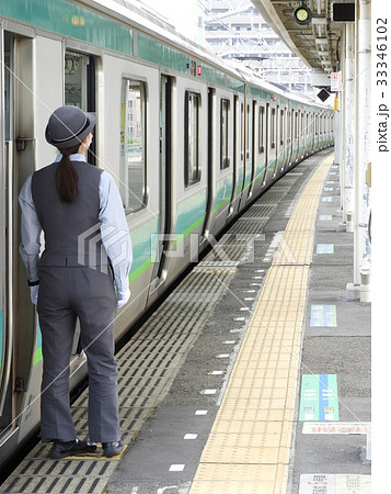 常磐線快速電車と女性車掌 33346102