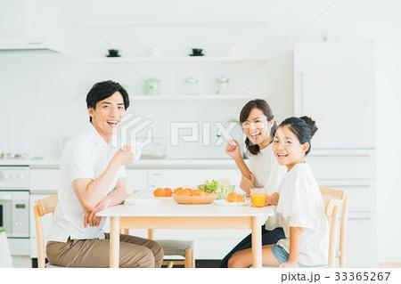 若い家族(朝食) 33365267