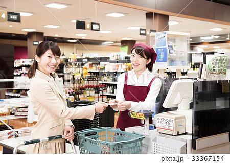 スーパー お客 クレジットカード スーパーマーケット レジ 店員 女性 2人 33367154