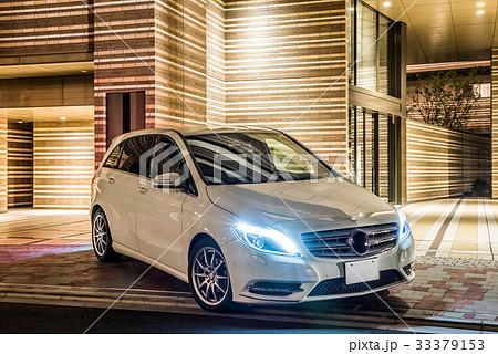 白い車とマンションの夜景 33379153