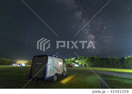夏の夜空のキャンプ場 perming 季節の風景写真素材 33391359
