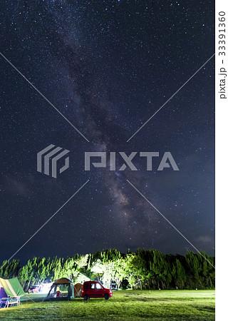 夏の夜空のキャンプ場 perming 季節の風景写真素材 33391360