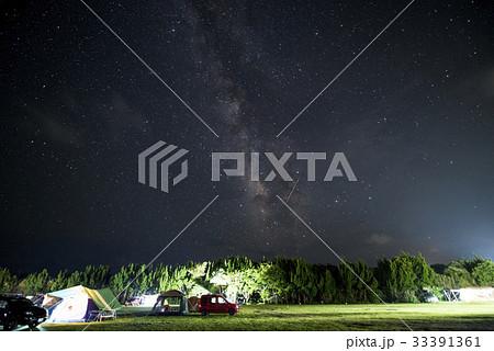 夏の夜空のキャンプ場 perming 季節の風景写真素材 33391361