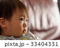 泣く子ども 33404331