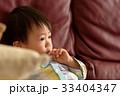 泣く子ども 33404347