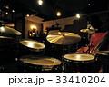 ライブハウス ドラムセットとベース 33410204