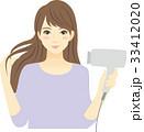 ドライヤーで髪を乾かす女性 33412020