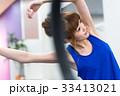 若い女性、ストレッチ、ジム、フィットネス 33413021