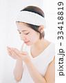 洗顔をする女性 33418819