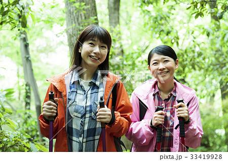登山 女性 山ガール トレッキング 友達 山登り 山 アウトドア ハイキング 33419928