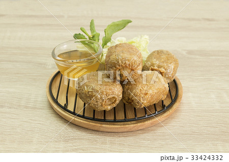 FRIED CRAB DUMPLING ON GRILL AND WOOD PLATEの写真素材 [33424332] - PIXTA