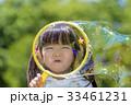 公園でシャボン玉で遊ぶ女の子 33461231