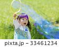 公園でシャボン玉で遊ぶ女の子 33461234