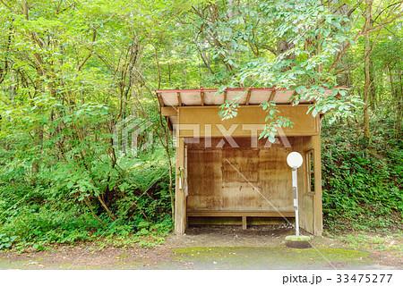 森の中のバス停 33475277