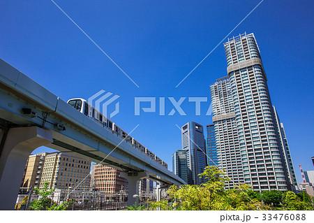 高層マンションと電車 33476088
