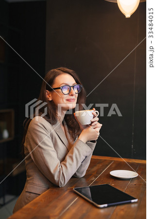 Portrait young girl drinking tea and using laptop 33484015