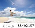 南国の美しいビーチで鍛える男性 33492157