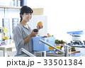 キッチンに立つ女性 33501384