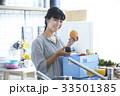 キッチンに立つ女性 33501385