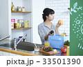 キッチンに立つ女性 33501390