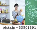 キッチンに立つ女性 33501391