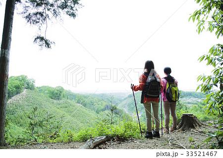 登山 女性 山頂 山ガール トレッキング 友達 山登り 山 アウトドア ハイキング 33521467