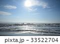 朝日の中、波消しブロックに打ち付ける白波(千葉県・大原海岸) 33522704