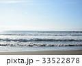 波のミルフィーユ、遠くに浮かぶ波乗りの姿(千葉県・大原海岸) 33522878
