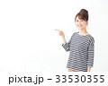 女性 笑顔 指差しの写真 33530355