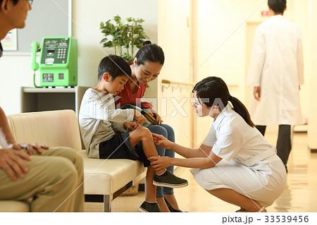 看護師さんと少年 33539456