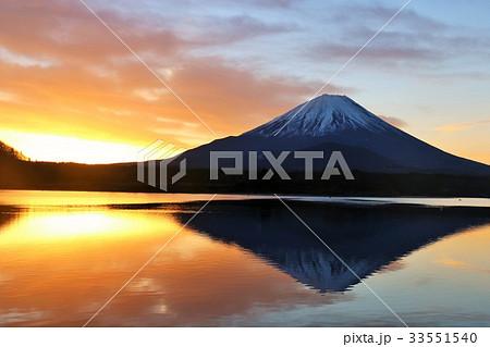 逆さ富士と冬の夜明け 33551540