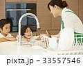 家事をする女性と子供 33557546