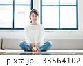 女性 若い ソファの写真 33564102