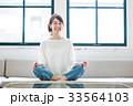 女性 若い ソファの写真 33564103