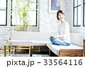 女性 若い ソファの写真 33564116