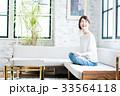 女性 若い ソファの写真 33564118