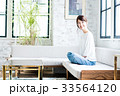 女性 若い ソファの写真 33564120