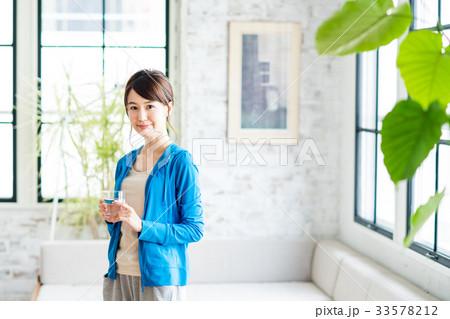 若い女性(水分補給) 33578212