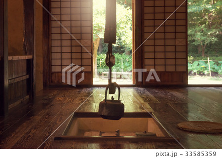 日本の昔の家。 屋内。 伝統的な日本の家。 33585359