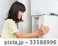女の子 子供 冷蔵庫の写真 33588996