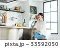 キッチン 女性 ライフスタイルの写真 33592050