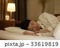 ベッドで眠る若い女性 33619819